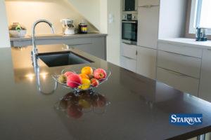 Jak czyścić blaty kuchenne? Praktyczne porady.